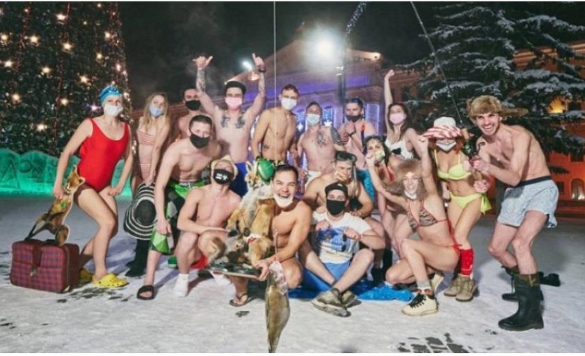 Šta li njih grije? Mladi ljudi organizovali bikini žurka na minus 39 stepeni
